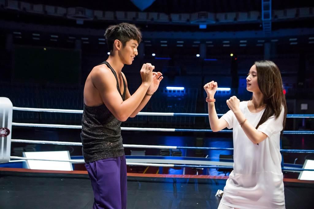 柯震東(左)在片中喜歡林依晨,願為她成為「不倒俠」。(傳影提供)