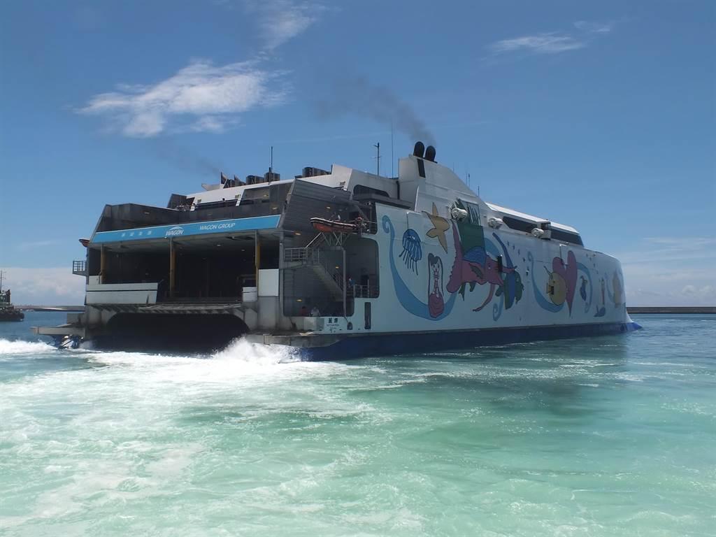 停航9個月,麗娜輪開航首航運客量高,即將抵達靠泊花蓮港。(王志偉攝)