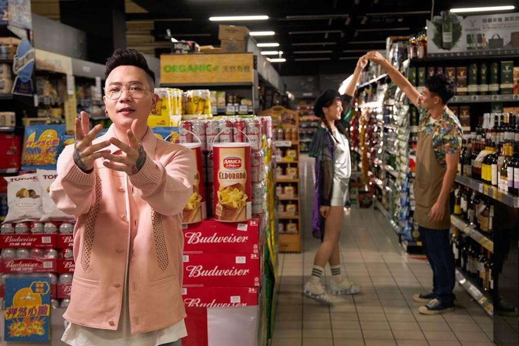 蕭秉治日前在大賣場拍攝MV。(相信音樂提供)