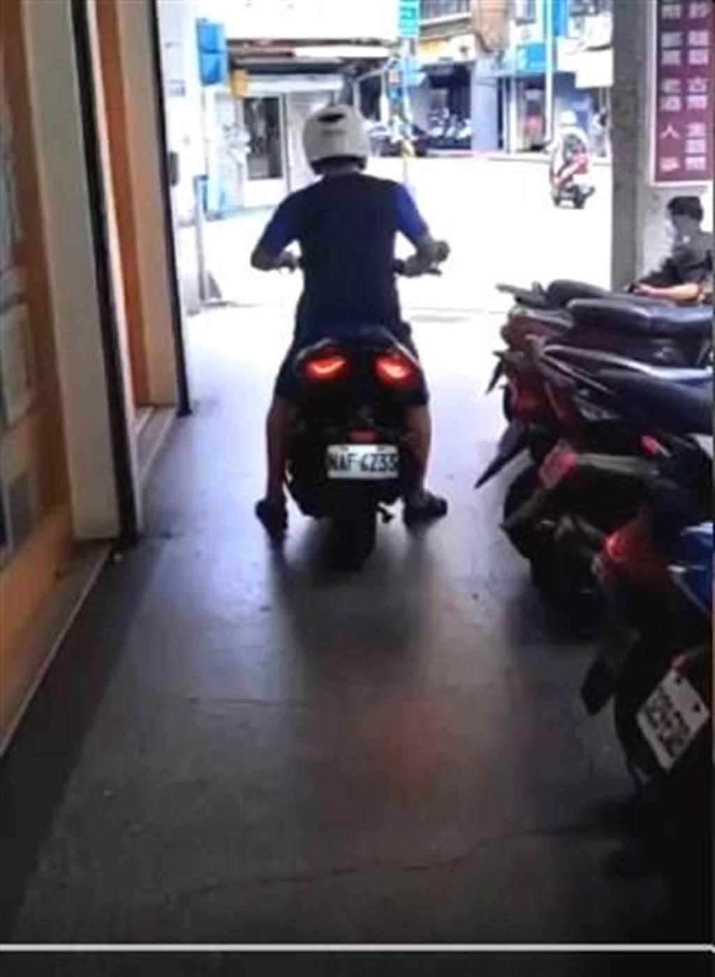 林男在騎樓騎車,擦撞到張姓男子。(陳鴻偉翻攝)