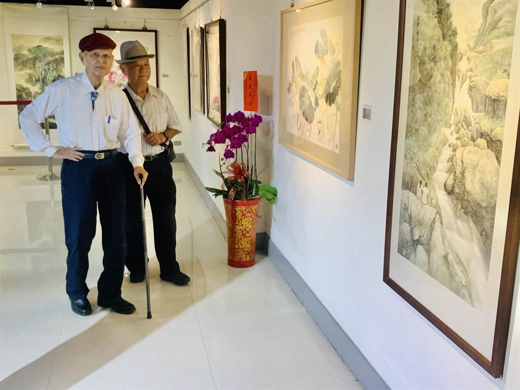 藝壇大老柯耀東(左),參觀程雪亞畫展。(廖志晃攝)