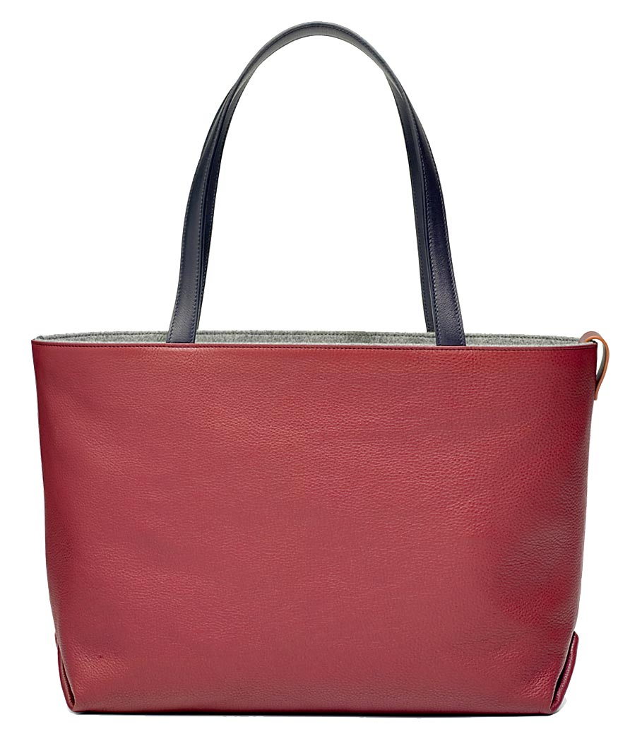 麗晶精品獨家LORO PIANA Inside Out染色小牛皮革手袋,價格店洽。(麗晶精品提供)