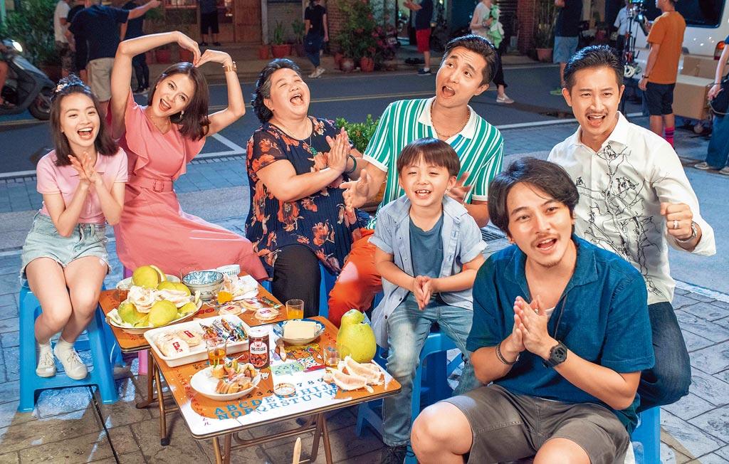 鍾欣凌(中)在《我的婆婆》中寵溺四兄妹Darren(後右)、王少偉(後右二)、楊銘威(前右)、蘇晏霈(後左二)。(公視提供)