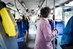 好心順路載人到醫院 聊到職業老人家嚇到求下車
