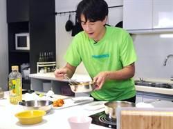 鄭元暢下廚初體驗 險炸廚房笑稱「煮菜如作戰」