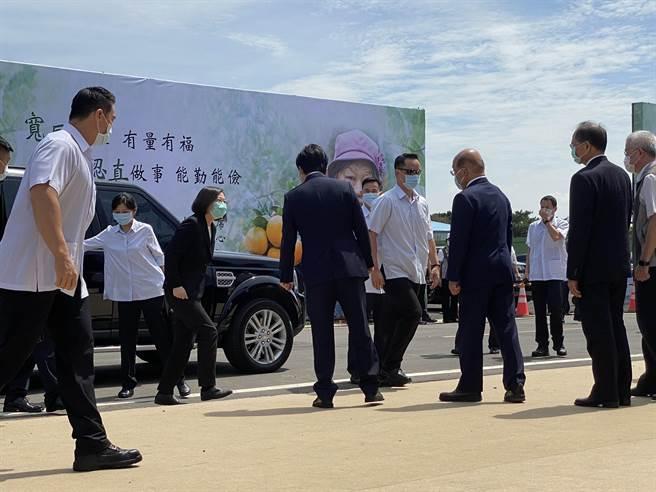 蔡英文總統4日赴桃園市長鄭文燦的母親鄭邱碧回告別式弔念。(蔡依珍攝)