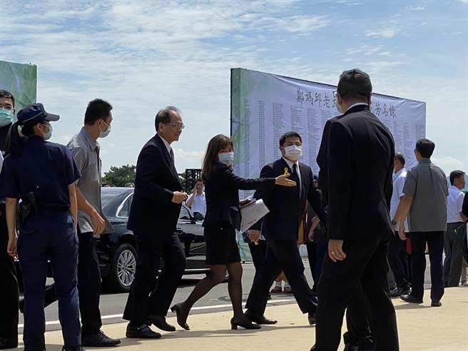 立法院長游錫堃4日赴桃園市長鄭文燦的母親鄭邱碧回告別式弔念。(蔡依珍攝)