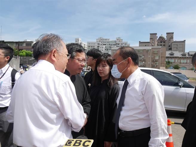 鄭文燦也在9點半時在妻子林俞汝陪同下抵達會場,面容哀戚。(蔡依珍攝)