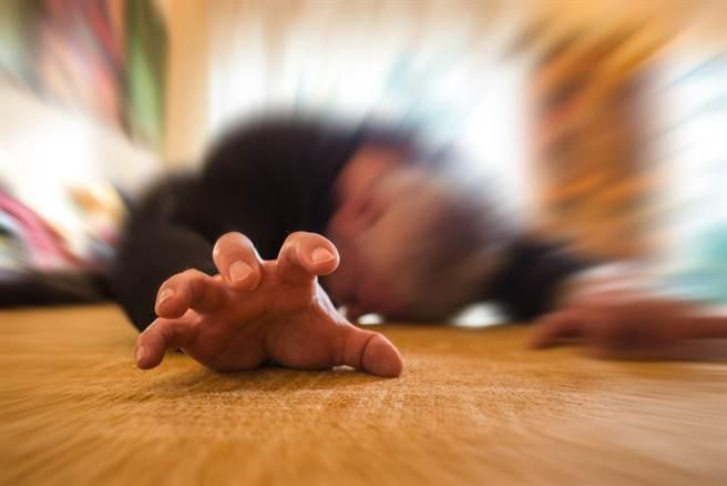 癲癇發作塞東西到嘴裡?醫曝可怕真相:患者恐窒息。(示意圖/Shutterstock)
