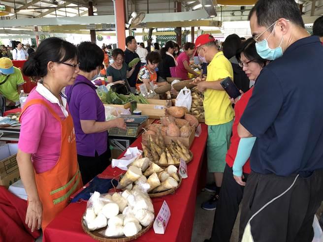新北市農業局4日在台北希望廣場舉辦展售會,同時表揚得獎者。(許哲瑗攝)