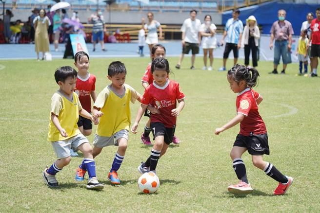看著小選手在場上奔馳身影,真的相當療癒。(台北市體育局提供)