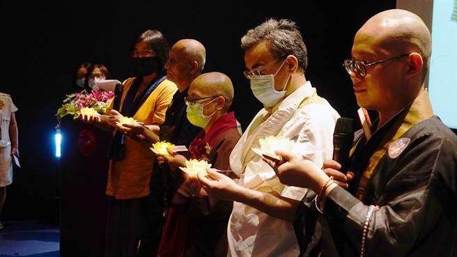 世界宗教博物館4日下午舉辦「遇見神佛9號—祈福漫畫特展【古往今來篇】」開幕活動,由跨宗教代表,為全民及地球點燈祈福。(世界宗教博物館提供)