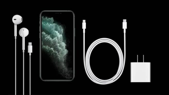 外界預測,今年 iPhone 12可能不附送有線耳機、充電器。(圖/截自蘋果官網)