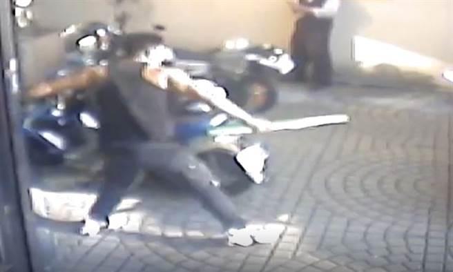 监视器画面录下健身教练衝进去抓了一根棍型健身器材,衝到门口对着社区保全挥舞、恫吓。(民眾提供/谢琼云彰化传真)