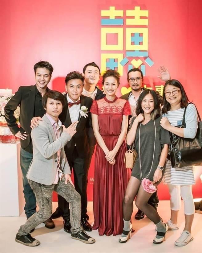 導演楊冠玉(右)曾參加吳建新和紀文蕙的婚禮。(取自臉書)