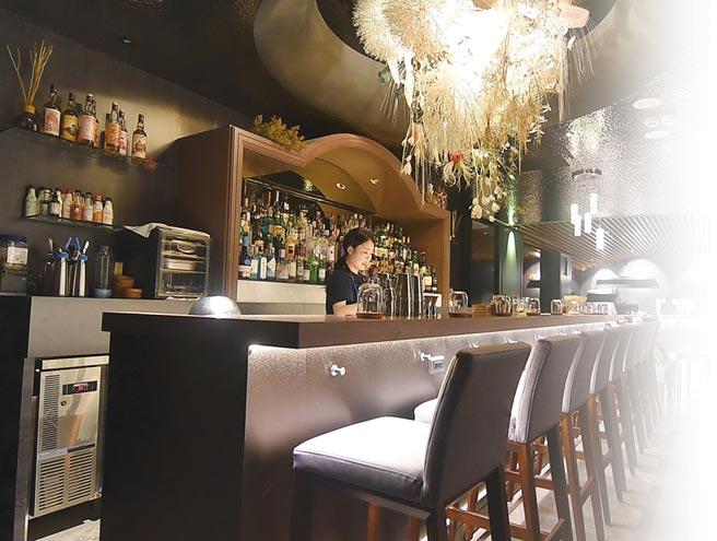 ˙〈MU:Taipei〉定位為Restaurane & Bar,餐廳內有一獨立酒吧區,並提供各式Bar Food配酒。圖/姚舜