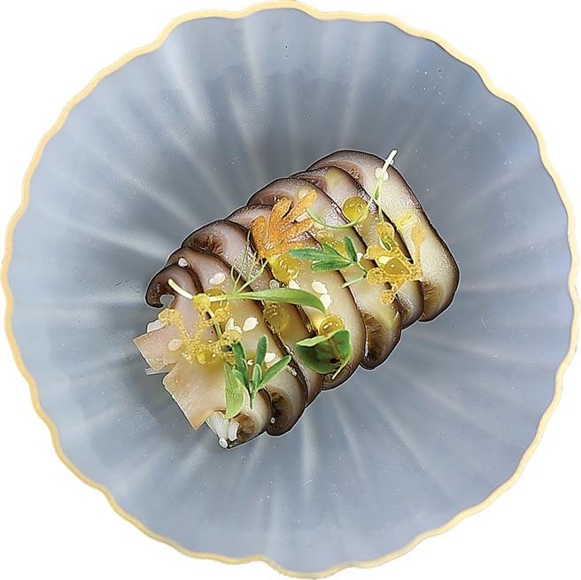 〈MU:Taipe〉主廚Tryson以松本茸演繹的菜餚,上層舖了用香麻油作的晶球凍,用精美食器盛裝非常悅目。圖/姚舜