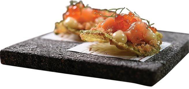 這道像tapas的開胃小食,是用鮭魚生魚片、魚卵和魚鬆共構,主廚Tryson用特製檸檬奶油醬提味。圖/姚舜