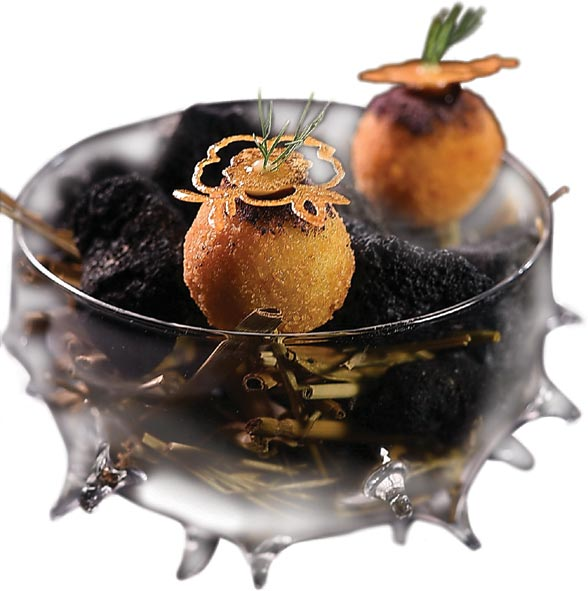 〈MU:Taipei〉套餐開胃前菜〈鱈魚球〉,是將鱈魚肉用醬油和魚露醃漬後打成泥,外層裹粉酥炸成菜,非常適合搭酒。圖/姚舜