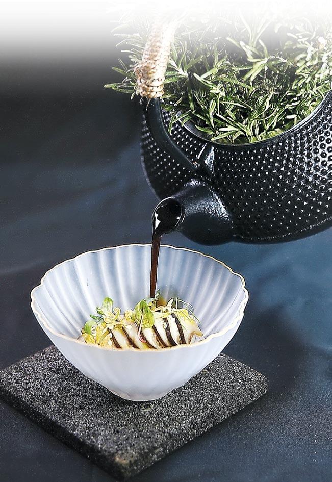 為〈松本茸〉提味的高湯,是以柴魚、雪莉醋和牛肝菌熬製,味道香濃並帶有甘味。圖/姚舜