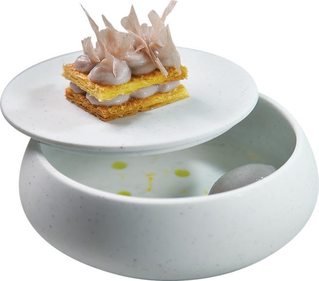 〈chinois〉本季套餐的餐後甜點是〈芋泥酥餅/芋頭冰沙西米露〉,用精美容器呈現,搶眼悅目。圖/姚舜