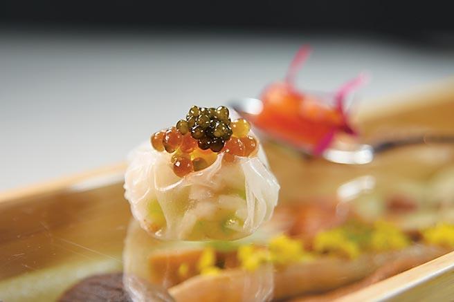 〈chinois〉套餐開胃前菜〈法國魚子醬絲瓜蟹肉小籠包〉,是以越南生春捲皮包捲蟹肉與絲瓜作餡,上層再以魚子醬提味。圖/姚舜