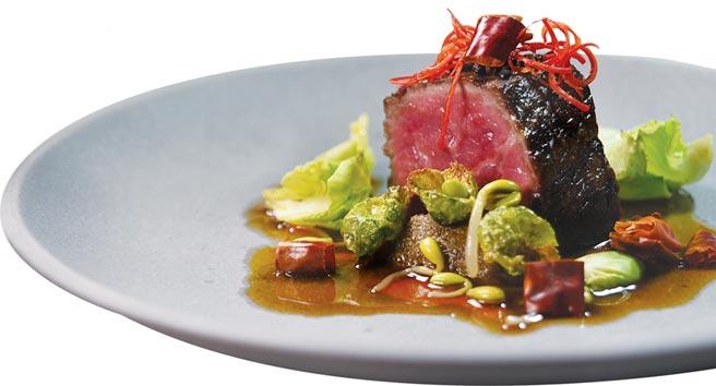 〈水煮美國特級牛排〉是以用牛高湯、辣椒油和青蔥油熬煮的醬汁,為紐約客牛排提味。圖/姚舜