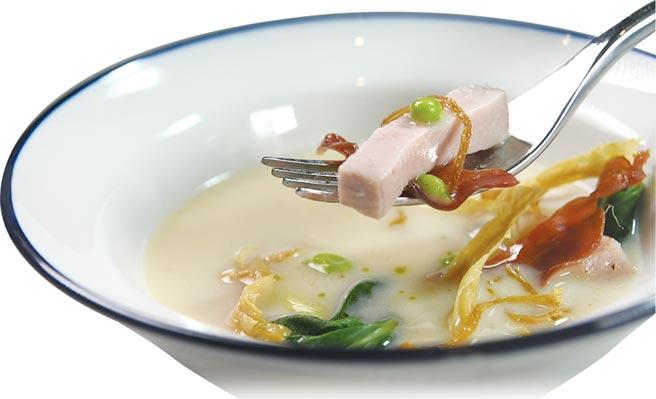 〈醃篤鮮〉,是用豆漿加了蛤蜊、風乾伊比利火腿與煙燻豬肉熬煮出濃稠白湯,碗內並有青豆、酥炸金針、青江菜和青蒜等增加風味與口感。圖/姚舜