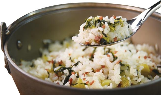 〈chinois〉的〈伊比利菜飯〉,是將生米和羽衣甘藍與油菜一起在鍋中炊煮,米飯吸飽菜汁充滿菜香,比坊間很多為省功夫炒製的「炒菜飯」好吃多了。圖/姚舜