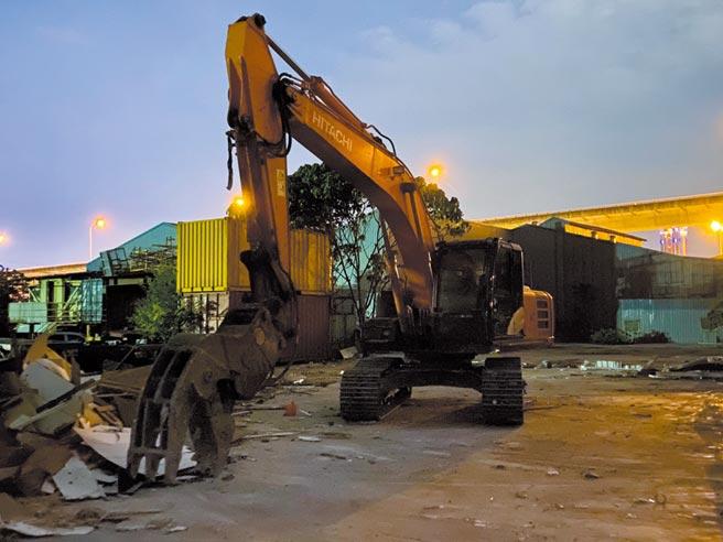 新北市環保局稽查員在現場發現業者將廢棄物載運至隱密處,再由挖土機夾至斜坡下棄置。(新北市環保局提供/葉德正新北傳真)