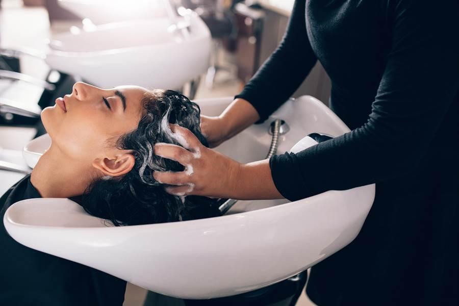 女網友到知名連鎖髮廊洗頭,遭坐地起價從99變200元,氣得PO網控訴 (示意圖,與內文無關/達志影像)