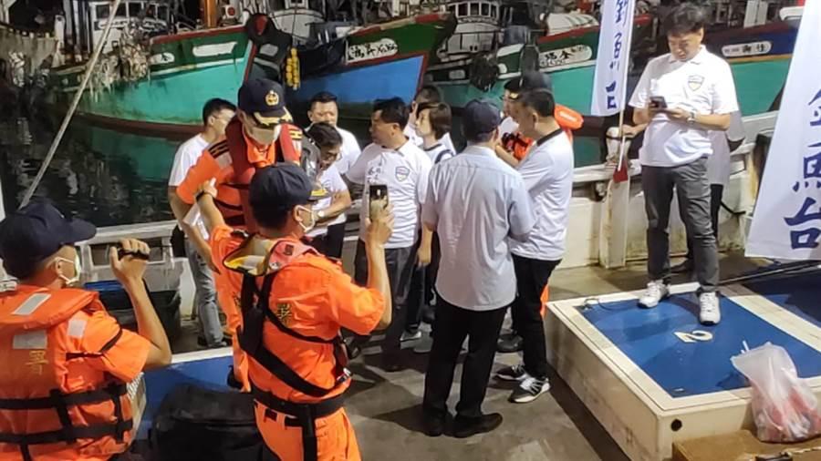 12名「保釣辦公室」成員想要突襲出海保釣,但遭到上百名海巡等單位人員阻攔。(保釣辦公室提供/ 胡健森宜蘭傳真)
