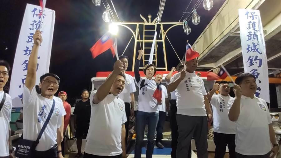 無法突襲出海保釣,12名保釣人員最後只能一同高呼保釣口號表達立場。(保釣辦公室提供/胡健森宜 蘭傳真)