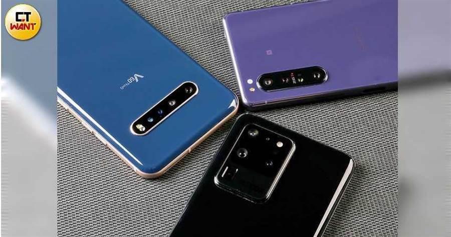 3款旗艦機均採多鏡頭設計。Sony Xperia 1 II是3顆主鏡頭,三星S20 Ultra是3+1顆鏡頭,LG V60 ThinQ則是2+1顆鏡頭。(圖/馬景平攝)