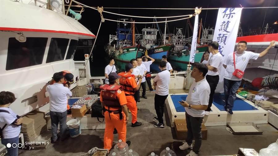 「保釣辦公室」成員3日深夜展開偷襲出海保釣行動,但因為沒有「船員證」,遭海巡人員攔阻。 (保釣辦公室提供/胡健森宜蘭傳真)