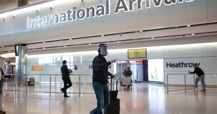 圖為英國希斯洛機場(Heathrow Airport)入境大廳。(美聯社)