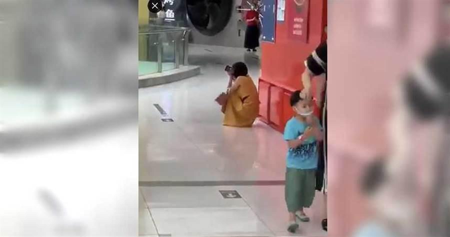 女子在百貨商場接獲確診通知,當場情緒崩潰。(圖/翻攝自微博)
