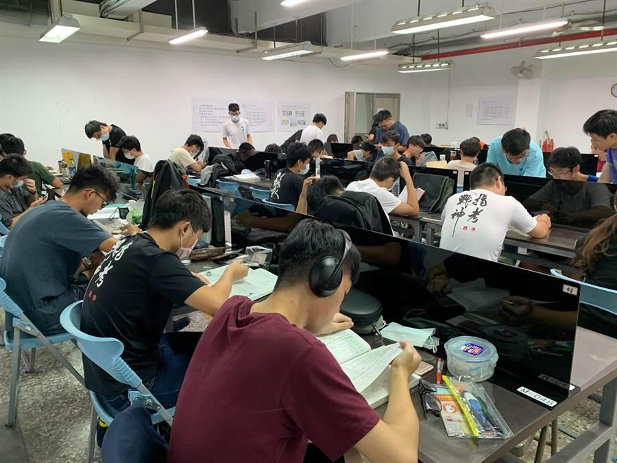 大學指考第二天,台中二中考場的考生考完第一堂數乙後,仍積極準備下一場考試。(林欣儀攝)