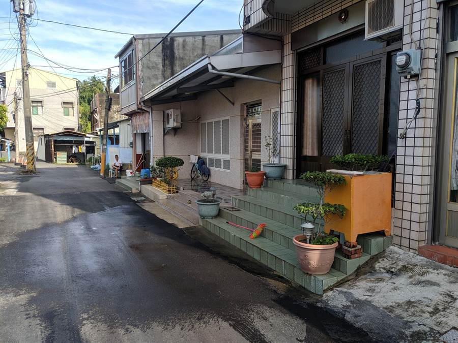 台南市新營區昨晚發生一起凶殺案,鄰居間因積怨深厚,口角後竟持刀殺人,造成一死一傷慘劇。(莊曜聰攝)