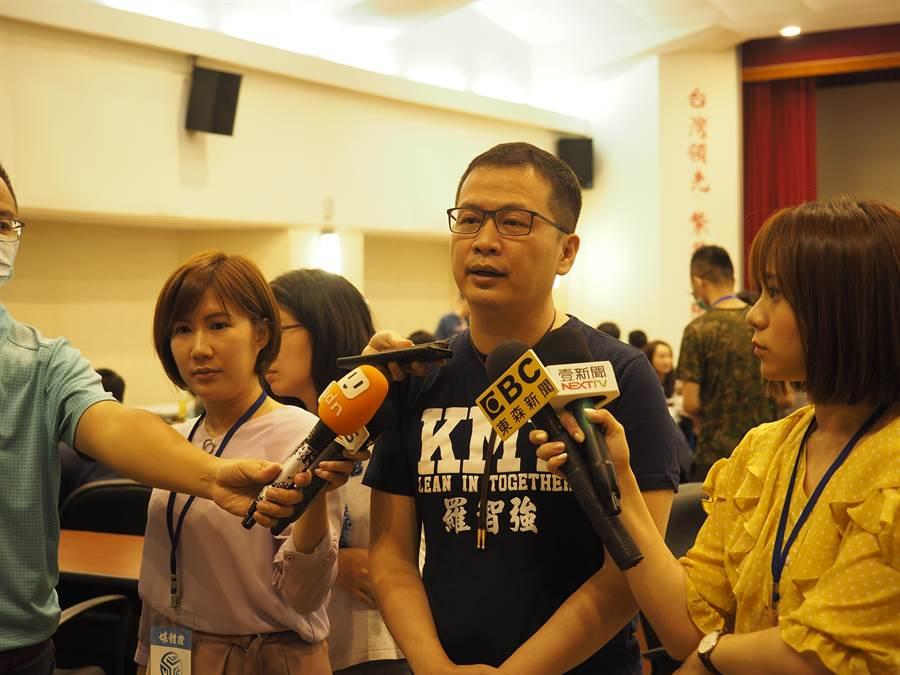 國民黨革實院長羅智強上午出席始業式,致詞完畢後接受媒體採訪。(趙婉淳攝)