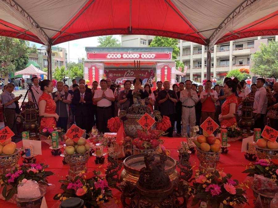 副總統賴清德(中)帶領與會貴賓上香、獻花、獻果、獻酒。(黃婉婷攝)