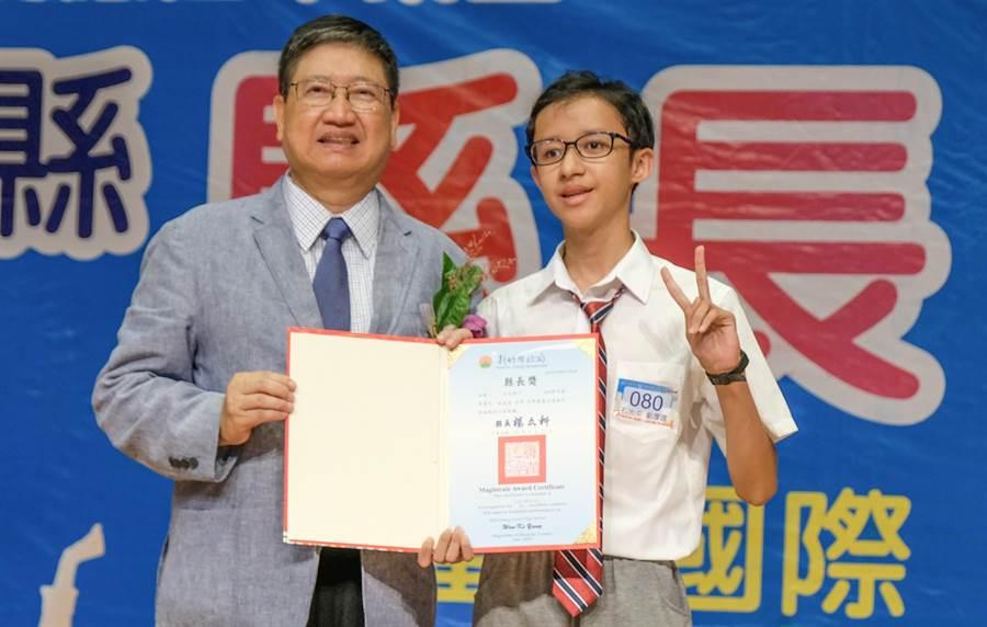 縣長楊文科(左)頒縣長獎給石光國中學生劉厚理(右),劉生動了2次開顱手術,勤學不輟以5A4+的成績考進新竹中學。(羅浚濱攝)