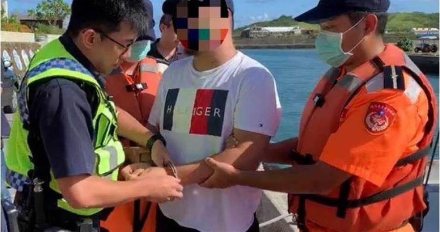 章姓男子因偽造文書罪被通緝,昨日在墾丁要搭乘遊艇旅遊後壁湖時遭海巡人員識破。(圖/翻攝畫面)