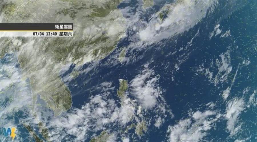 各地上午高溫炎熱,這地區嚴防局部短暫雨。(圖/取自天氣風險臉書專頁)