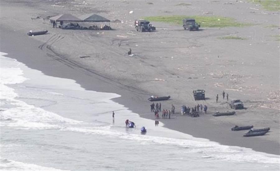 海軍陸戰隊99旅步二營3日上午演習預演發生翻船意外,事後兩棲偵搜大隊持續派員在現場海域進行調查及善後。(袁庭堯攝)