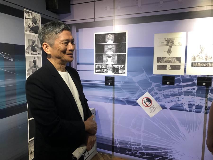 文化部長李永得4日參觀台灣漫畫基地「反抗的畫筆—香港反送中運動週年圖像展」。(許文貞攝)