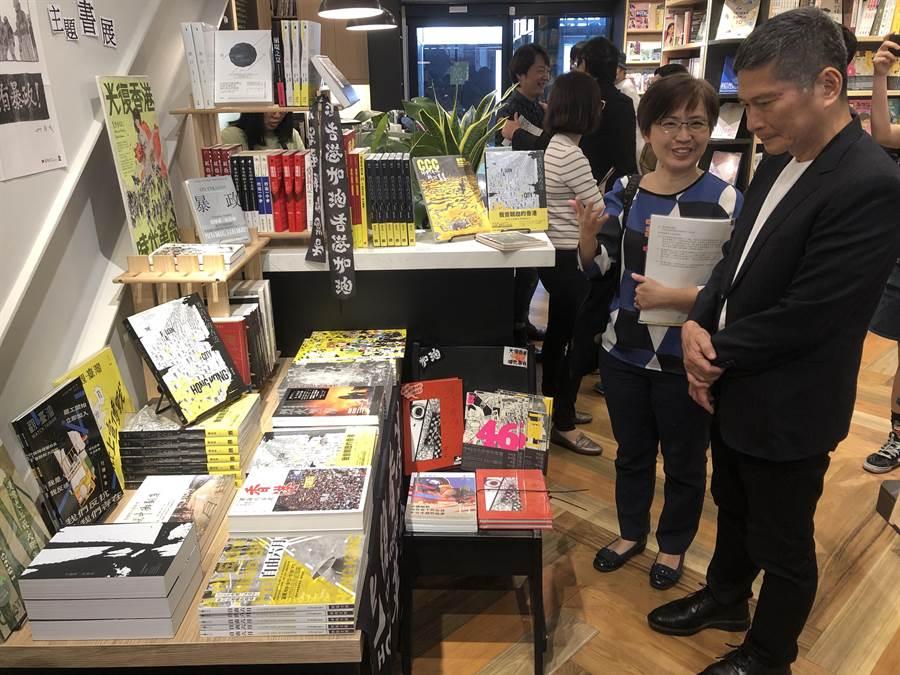 文化部長李永得4日參觀台灣漫畫基地「反抗的畫筆—香港反送中運動週年圖像展」,在基地書店買了不少漫畫。(許文貞攝)