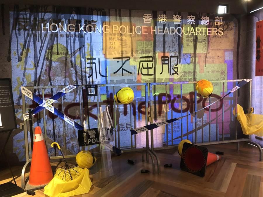 台灣漫畫基地「反抗的畫筆—香港反送中運動週年圖像展」的數位連儂牆。(許文貞攝)