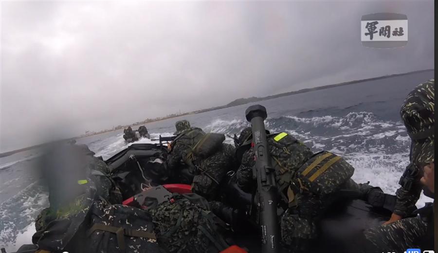 陸戰隊海上突擊搶灘時,所有隊員攜帶的器裝備都相當重,在膠舟上以極快速度搶灘驚險全紀錄。(翻攝自軍聞社)