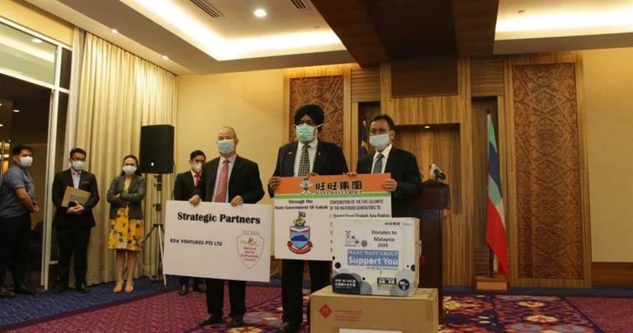 旺旺集團捐贈水神給馬來西亞沙巴州,沙巴州首席部長拿督沙菲益(中)表達由衷感謝  。(圖/翻攝畫面)